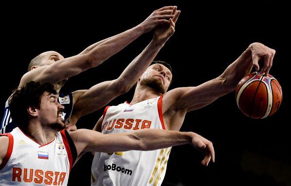Hráč ruského národního týmu Jevgenij Baburin, finský hráč národního týmu Tuukka Kotti, hráč ruského národního týmu Peter Gubanov v basketbalovém utkání v rámci kvalifikačního kola na mistrovství světa v roce 2019 - Sputnik Česká republika