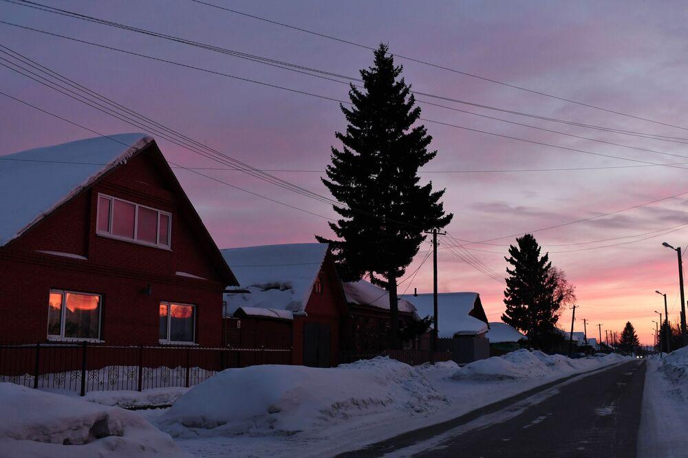 Zapadající slunce ve městě Tara. Rusko, Omská oblast