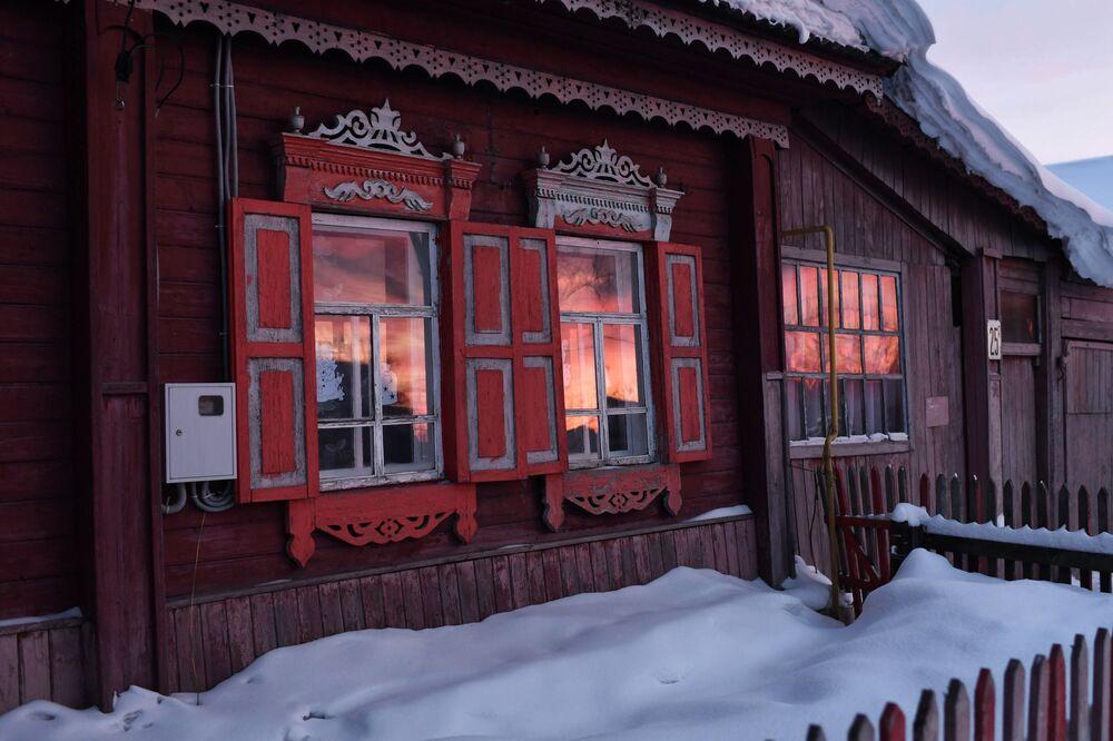 Západ slunce v oknech obytného domu ve městě Tara