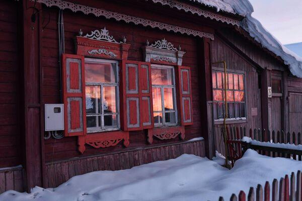 Západ slunce v oknech obytného domu ve městě Tara - Sputnik Česká republika