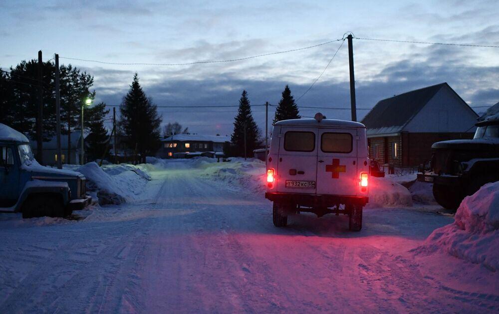 Sanitka jede po zasněžené silnici