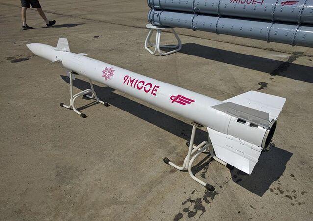 Maketa řízené rakety 9M100E.