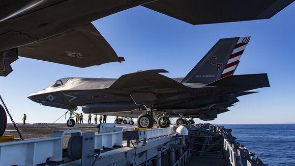 Americká letadla F-35B na palubě lodě USS America - Sputnik Česká republika