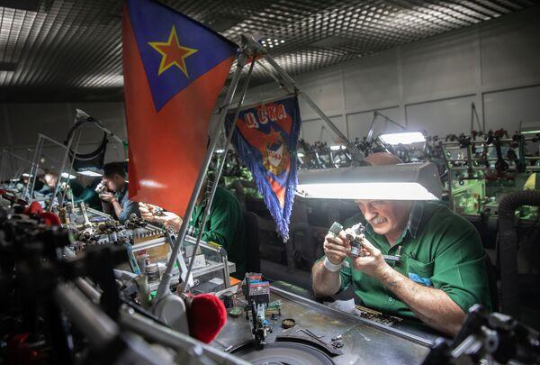 Zaměstnanci leští diamanty ve zpracovatelské dílně společnosti Brilianty Alrosa s. r. o. v Moskvě - Sputnik Česká republika