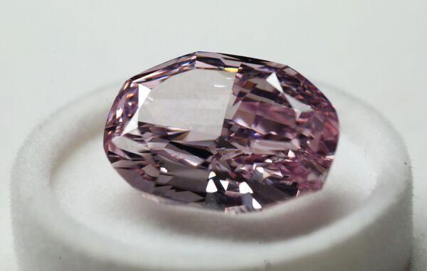 """Diamant """"Nádherný růžový"""" ve formě ovál o hmotnosti 14,83 karátů, který byl představený na výstavě diamantů společnosti Alrosa - Sputnik Česká republika"""