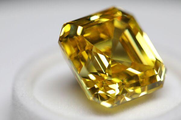 """Diamant """"Oslnivý žlutý"""" ve formě asscher, 20,69 karátů, na výstavě diamantů společnosti Alrosa - Sputnik Česká republika"""