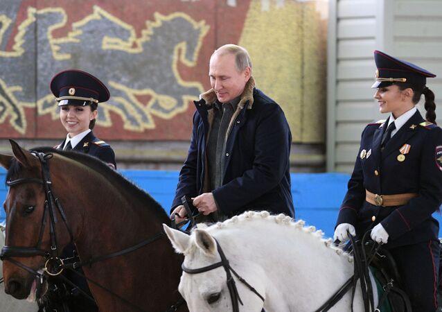 Vladimir Putin během navštěvy 1. operačního pluku moskevské policie