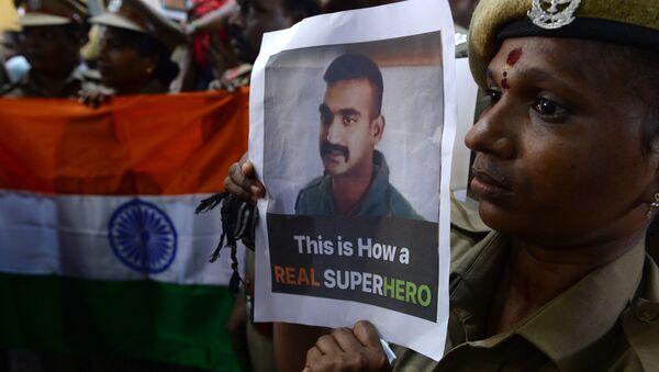 Indický voják s portrétem Abhinandana Varthamana - Sputnik Česká republika