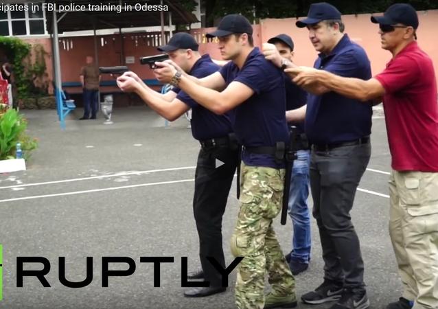Saakašvili leze během cvičení do kufru policejního auta