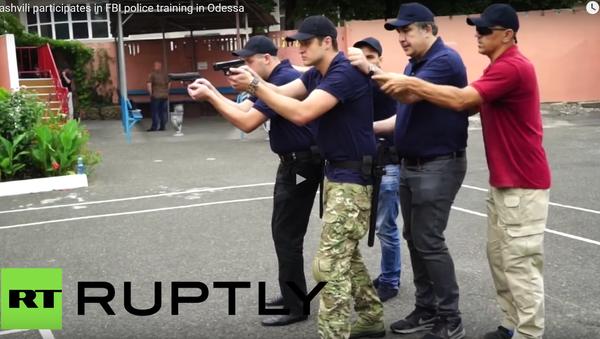 Saakašvili leze během cvičení do kufru policejního auta - Sputnik Česká republika