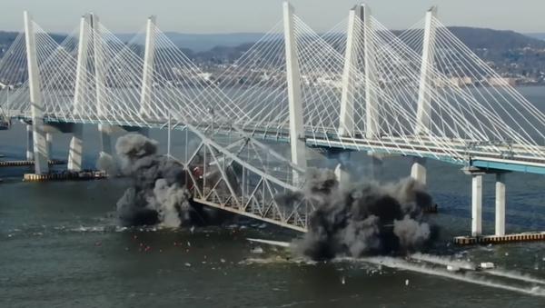 Úchvatné záběry demolice mostu v USA. Video natáčené z dronu - Sputnik Česká republika