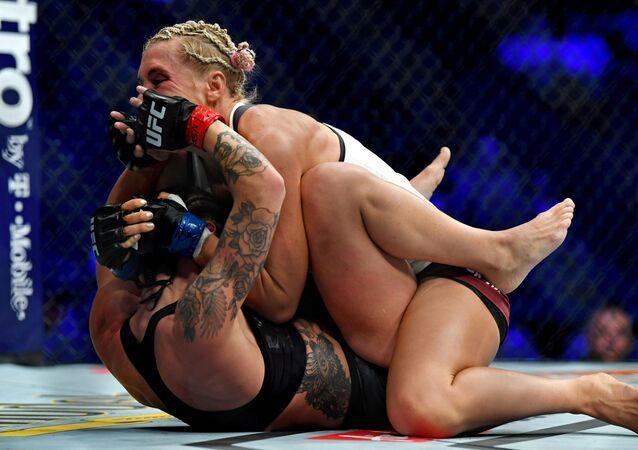 Boj Liny Lansbergové a Jany Kunické během UFC 229 v Los Angeles