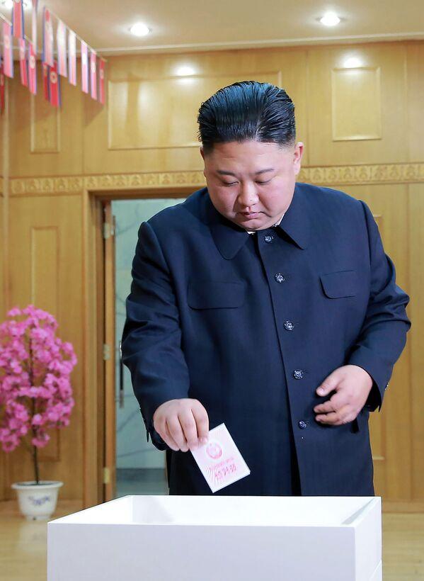 Lídr KLDR Kim Čong-un ve volební místnosti v Pchjongjangu - Sputnik Česká republika