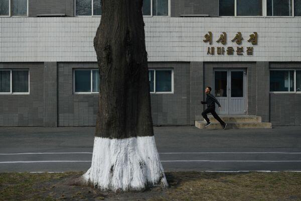 Muž běží po ulici - Sputnik Česká republika