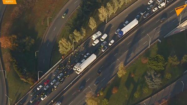 Letecké záběry ukazují dopravní zácpy způsobené protesty proti cenám benzínu ve Francii - Sputnik Česká republika
