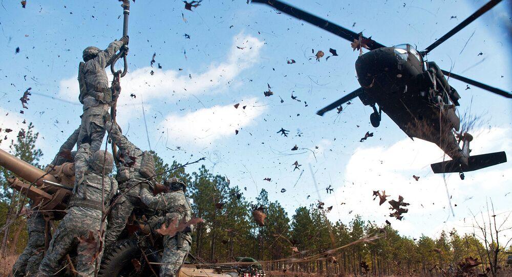 Američtí vojáci a vrtulník UH-60 Black Hawk