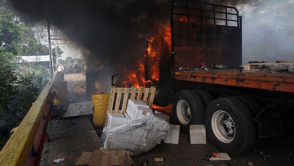 Hořící nákladní auto s humanitární pomocí pro Venezuelu na hranici s Kolumbií - Sputnik Česká republika
