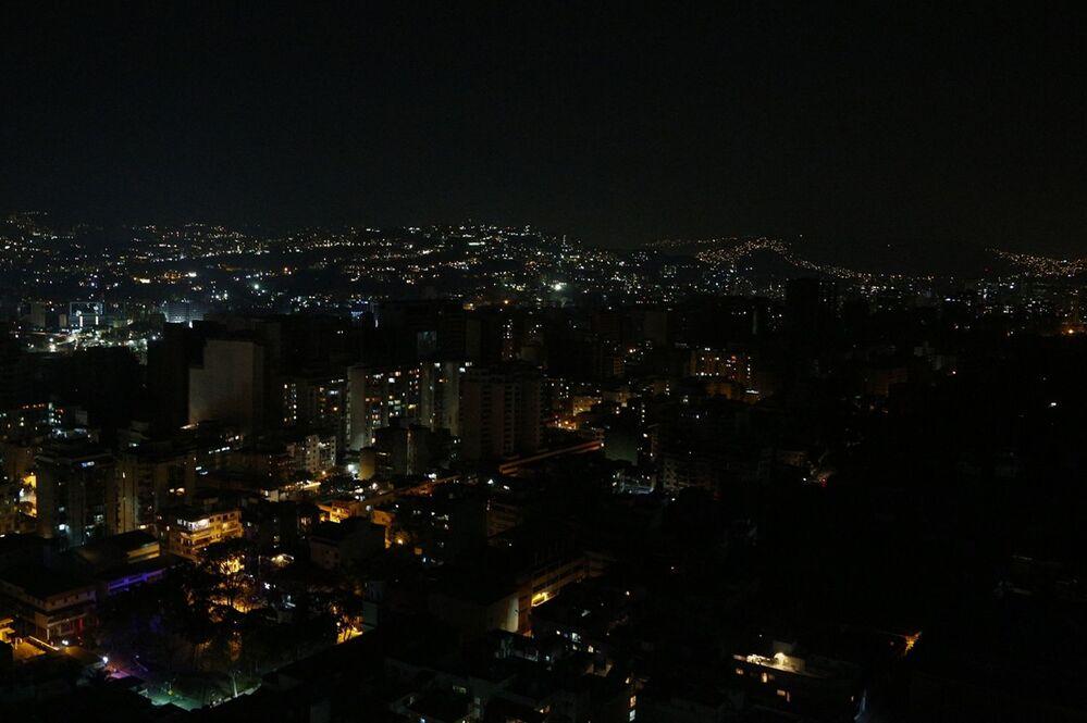 Ulice a domy v Caracasu s částečně obnovenými dodávkami elektřiny
