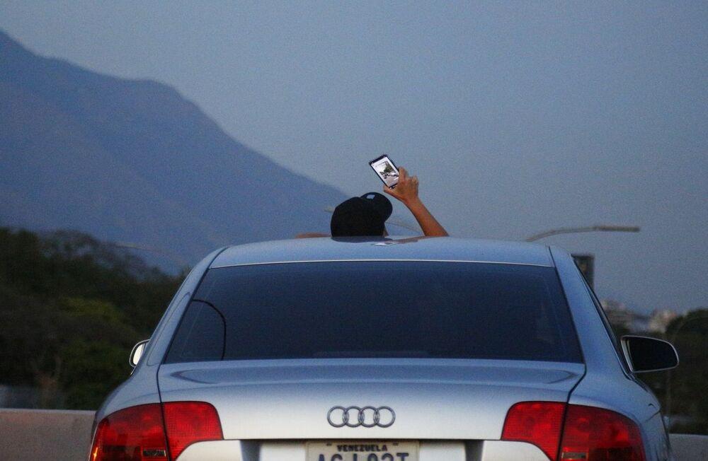 Obyvatel Caracasu zastavili na dálnici, aby chytili mobilní signál