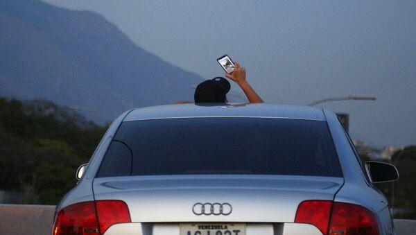 Obyvatel Caracasu zastavil, aby chytil signál Wi-Fi - Sputnik Česká republika