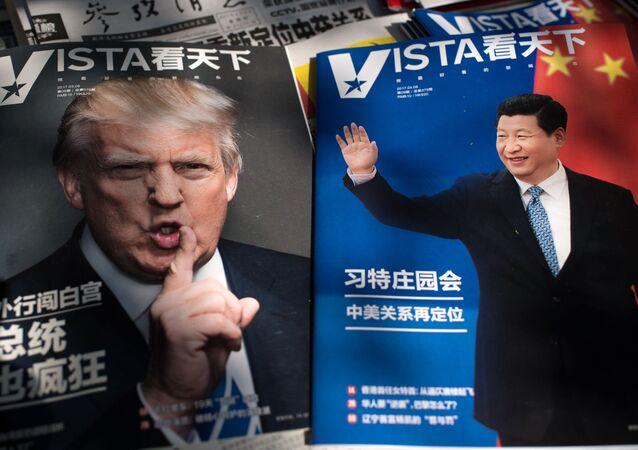Časopisy s fotografiemi Donalda Trumpa a Si Ťin-pchinga