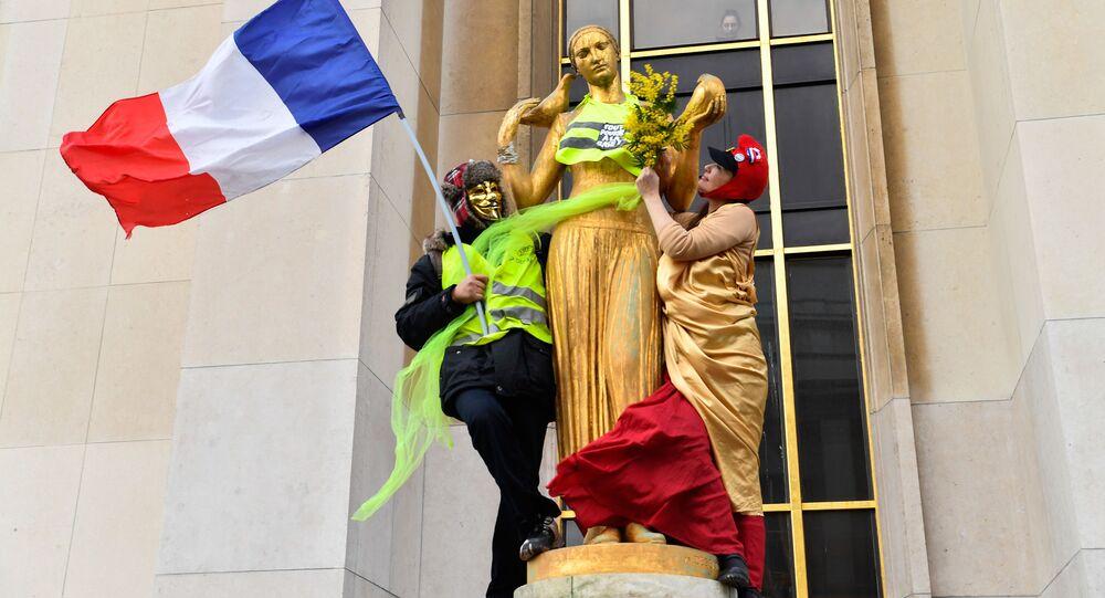 Účastníci protestní akce žlutých vest v Paříži