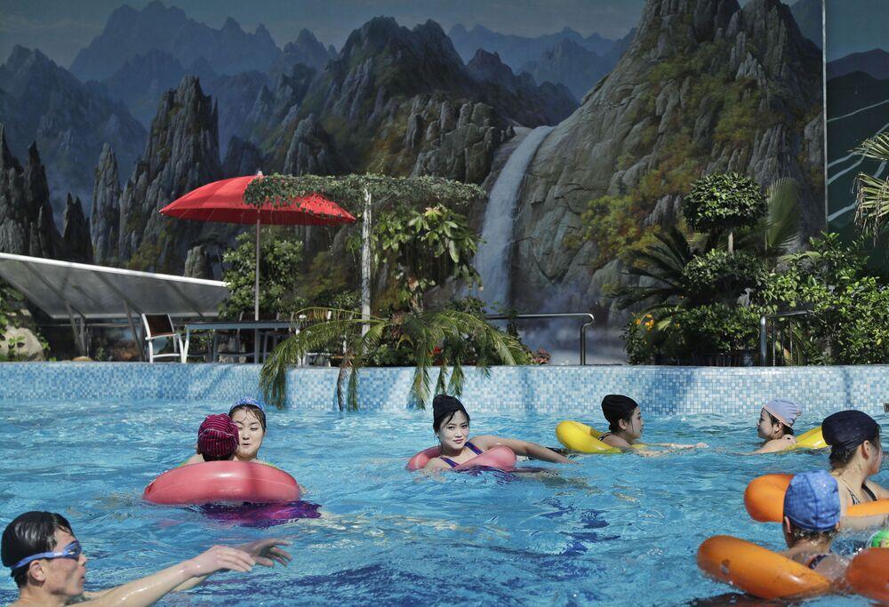 Krytý bazén v Pchjongjangu, Severní Korea.