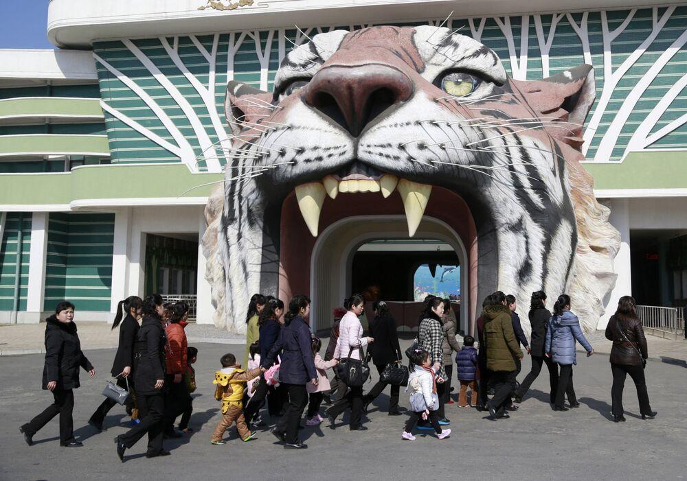 Vstup do zoologické zahrady v Pchjongjangu, KLDR.