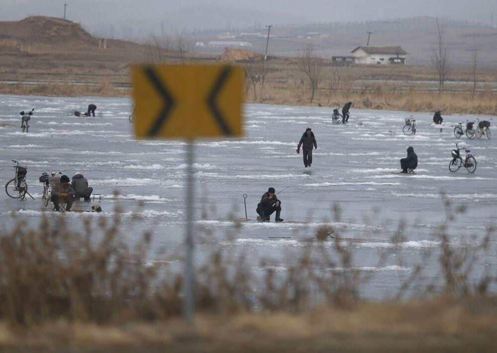 Rybaření v jezeře, které se nachází ve městě Nampcho, KLDR.