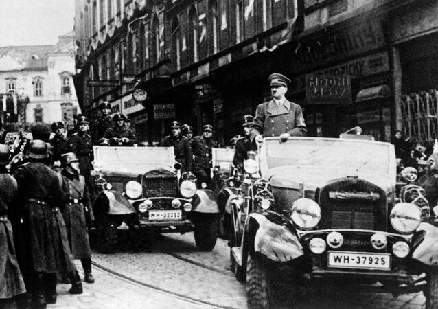 Německý vůdce Adolf Hitler na přehlídce v Praze 15. března