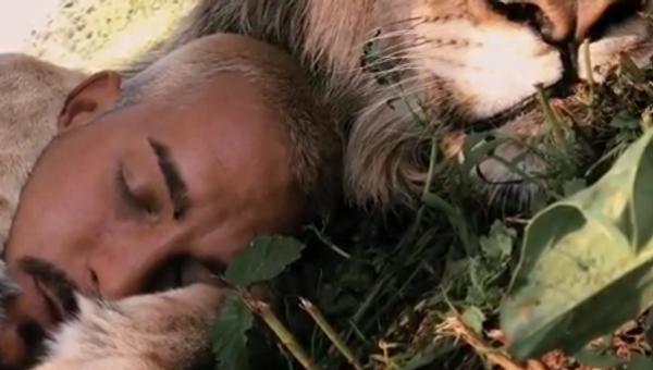 Tento mladý Švýcar spí v objetí lva. Dívejte se až do konce! - Sputnik Česká republika