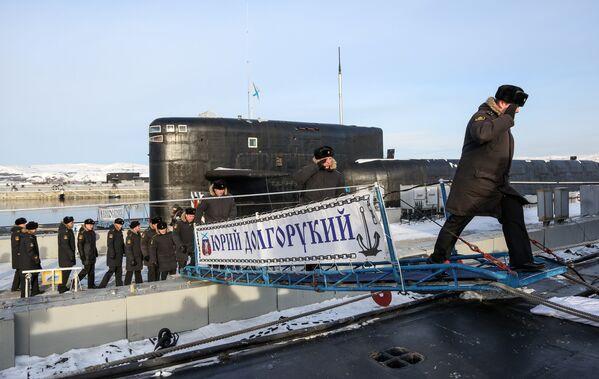 Členové posádky mířící na palubu jaderné ponorky K-535 Jurij Dolgorukij v Gadžijevu - Sputnik Česká republika