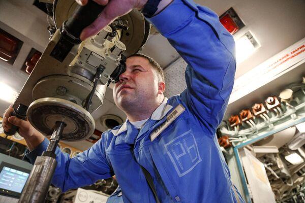 Jeden z asistentů velitele lodi uvnitř jaderné ponorky K-535 Jurij Dolgorukij - Sputnik Česká republika