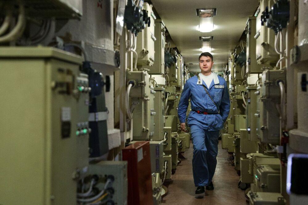 Člen posádky uvnitř jaderné ponorky K-535 Jurij Dolgorukij.