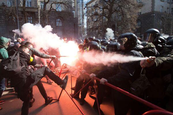 Střety mezi nacionalisty a policisty v blízkosti budovy kanceláře ukrajinského prezidenta v centru Kyjeva - Sputnik Česká republika