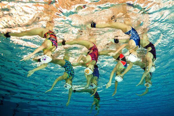 Ruský národní tým v synchronizovaném  plavání během tréninku - Sputnik Česká republika
