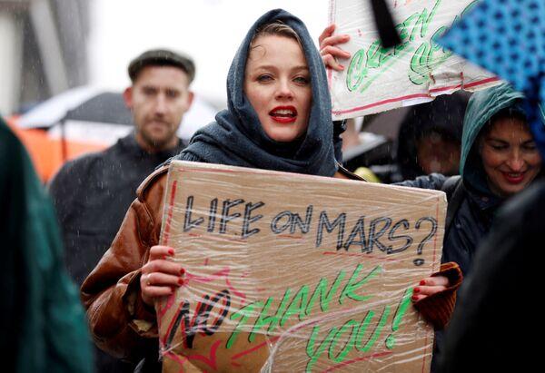 Účastnice mítinku za přijetí naléhavých opatřeních v oblasti změny klimatu v centru Amsterdamu - Sputnik Česká republika