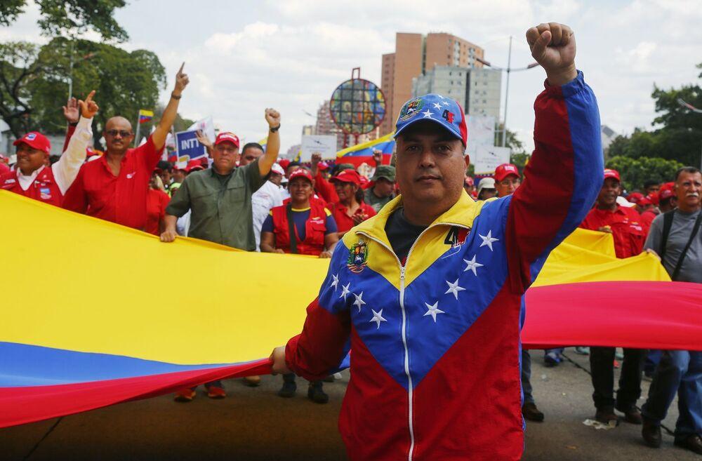 Účastníci akce na podporu legitimního prezidenta Venezuely Nicoláse Madura v Caracasu.