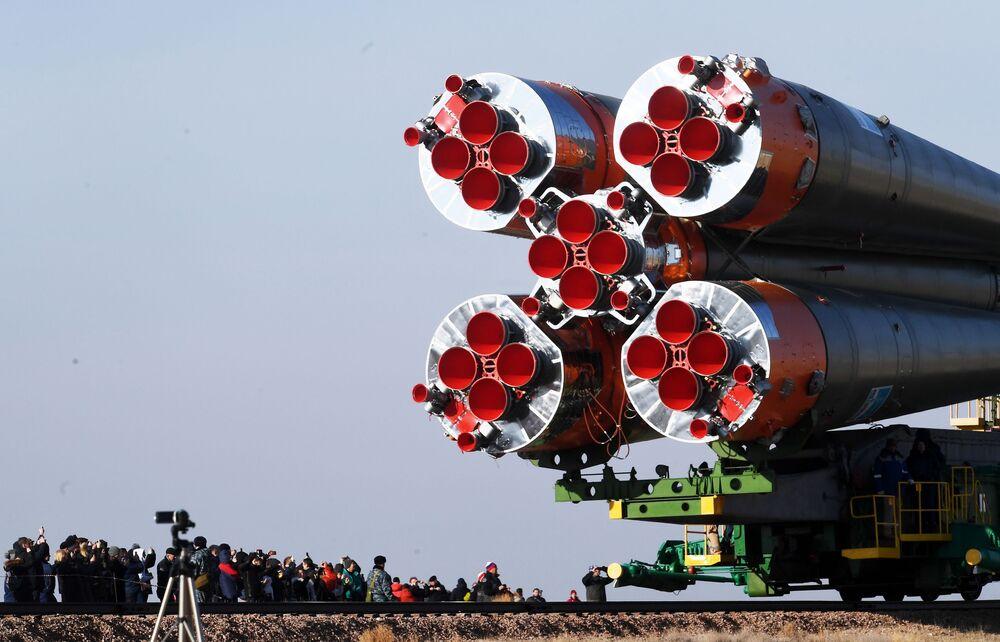 Přeprava raketoplánu Sojuz-FG s kosmickou lodí Sojuz MS-12 na startovací plochu kosmodromu Bajkonur.