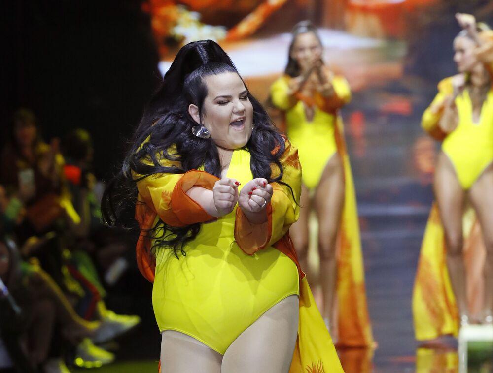 Vítězka soutěže Eurovize 2018 izraelská zpěvačka Netta Barzilajová v plavkách izraelského návrháře Bananhota na výstavě v rámci Týdne módy v Tel Avivu.