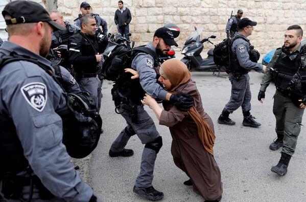 Palestinská žena se pokouší prorazit bariéru izraelské policie poté, co izraelské úřady uzavřely vchod na Chrámovou horu v Jeruzalémě - Sputnik Česká republika