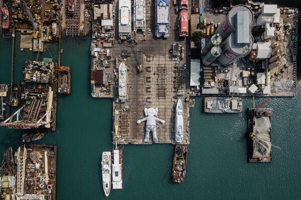 Socha KAWS: HOLIDAY od umělce a návrháře Briana Donnellyho v loděnici v Hongkongu - Sputnik Česká republika