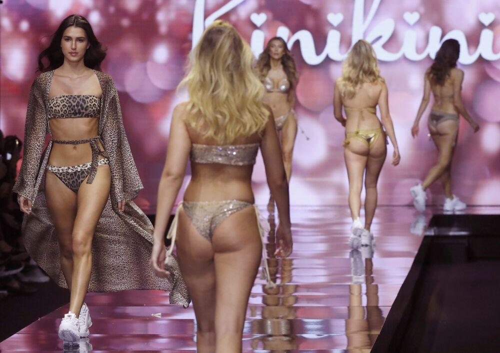 Přehlídka módních produktů izraelského návrháře Rinikiniho během týdne módy v Tel Avivu.