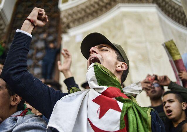 Protesty studentů proti Abdelazízovi Buteflikovi