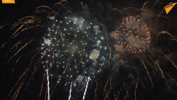 Ohňostroj rozzářil krymskou oblohu při 5. výročí sjednocení s Ruskem  - Sputnik Česká republika