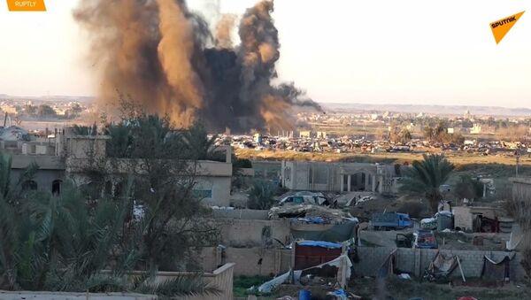 Záběry nových střetů, které poblíž Baghúzu vypukly proti teroristům IS  - Sputnik Česká republika