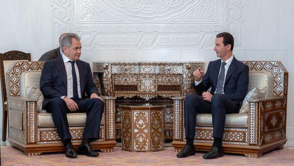 Ministr obrany Ruska Sergej Šojgu a syrský prezident Bašár Asad při jednání v Damašku - Sputnik Česká republika