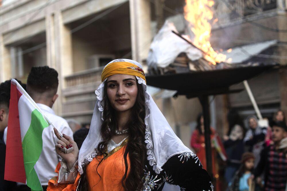 Kurdové oslavují Nourúz v syrském Kamišli, které se nachází na hranici s Tureckem.