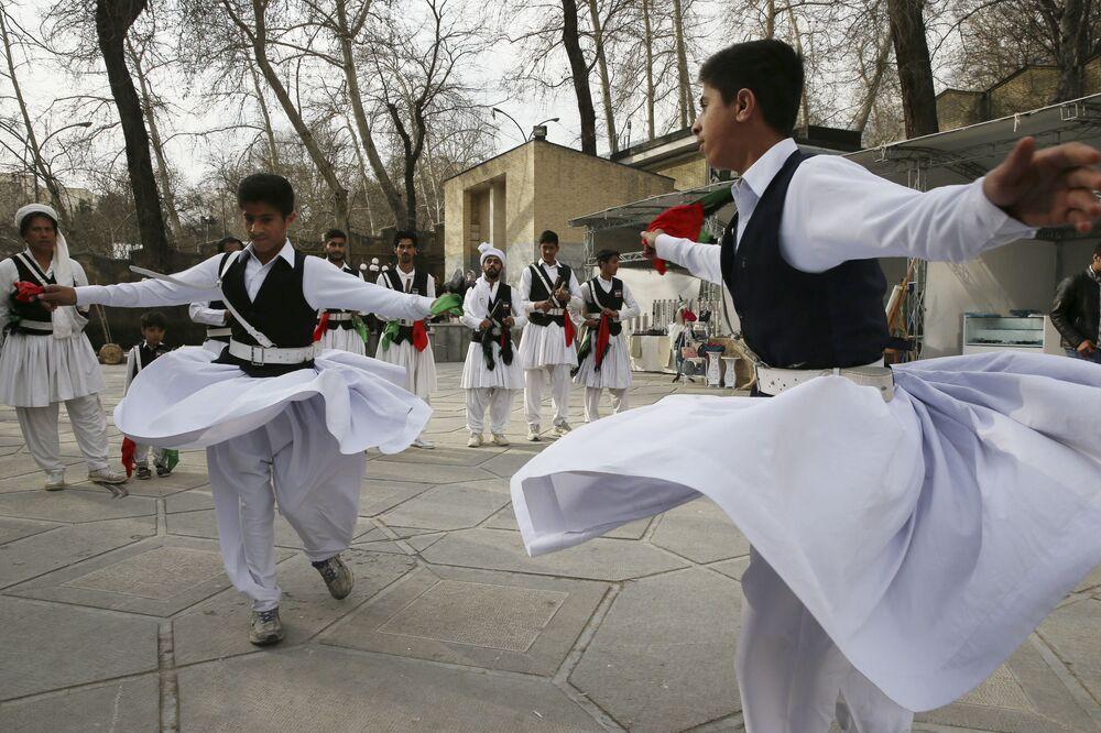 Íránští tanečníci během oslav íránského nového roku Nourúzu v severním Teheránu.