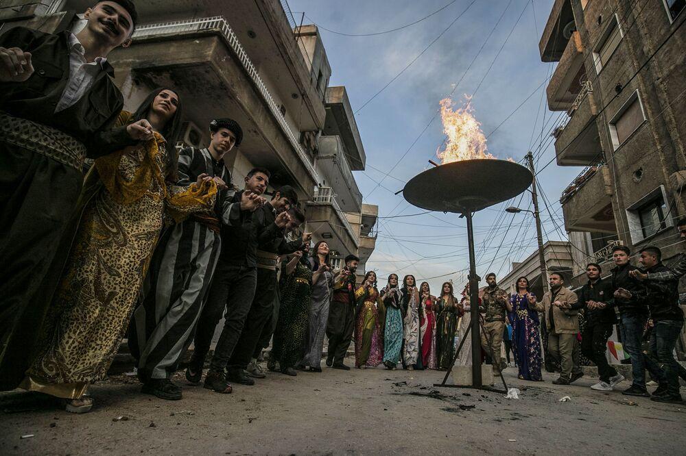 Kurdové slaví Nourúz v kontrolovaném Kurdy syrském Kamišli.